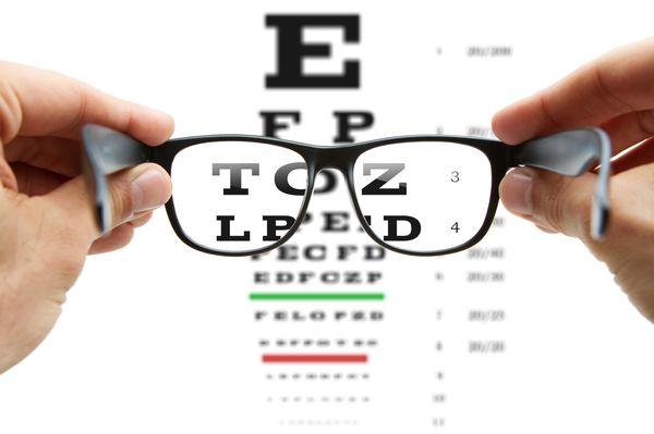 Vegye le a szemüvegét Hogyan lehet megszabadulni a poharaktól örökre?