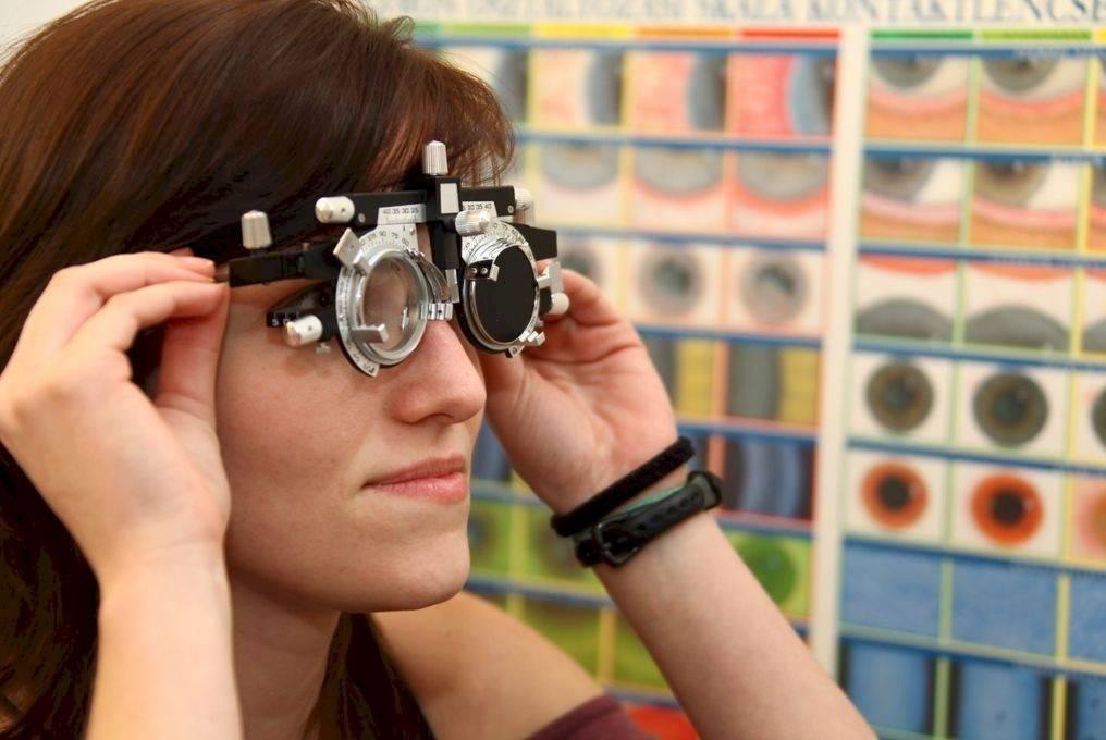 megvetéssel néző emberek lézeres látásmérés