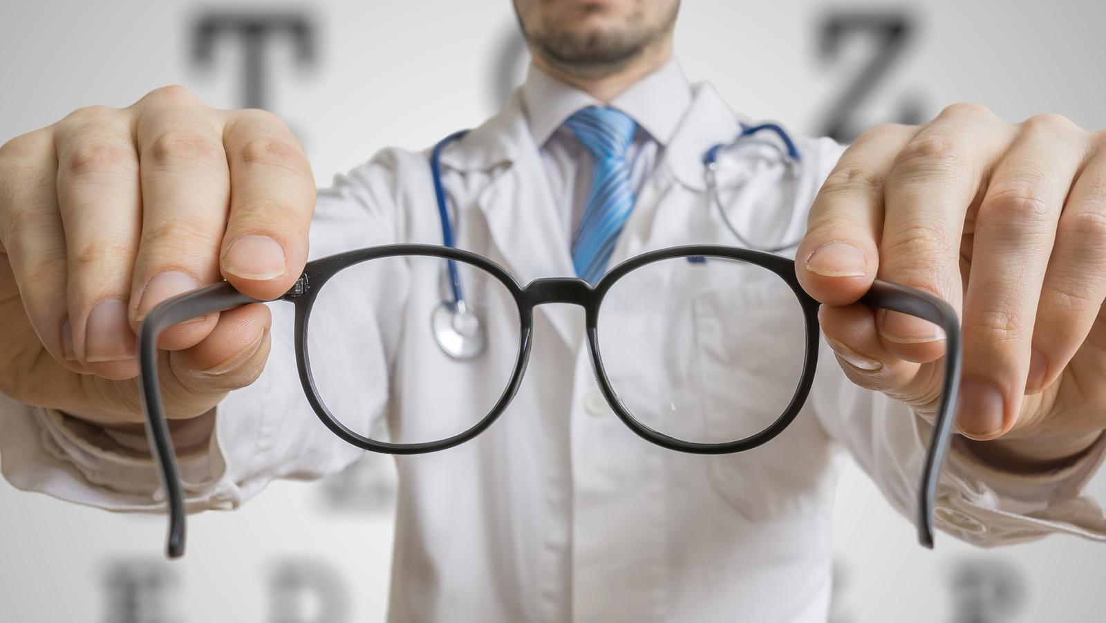 Repül a szem előtt: okok, következmények, kezelés - Szívroham August