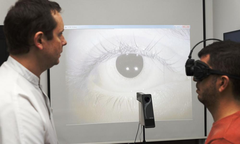 Bates gyakorolja a látást